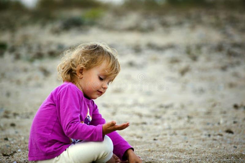 Giocando con la sabbia fotografia stock libera da diritti