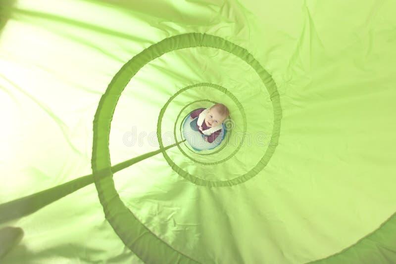 Giocando dentro un tunnel del giocattolo immagini stock libere da diritti