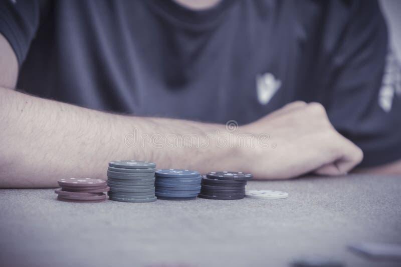 Giocando una mano di Texas Hold loro poker fotografia stock libera da diritti