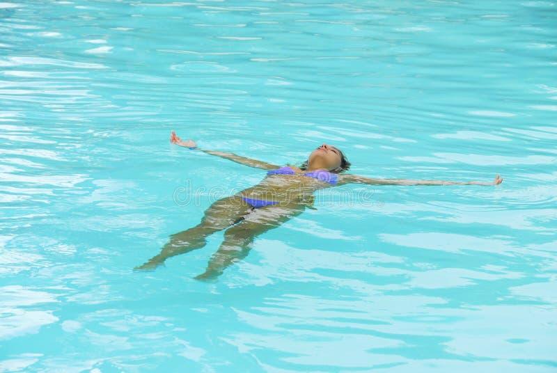 Giocando in una piscina immagine stock libera da diritti