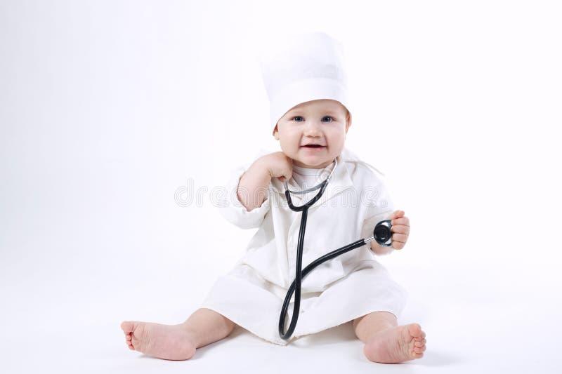Giocar al dottoree sveglio del ragazzino fotografia stock libera da diritti