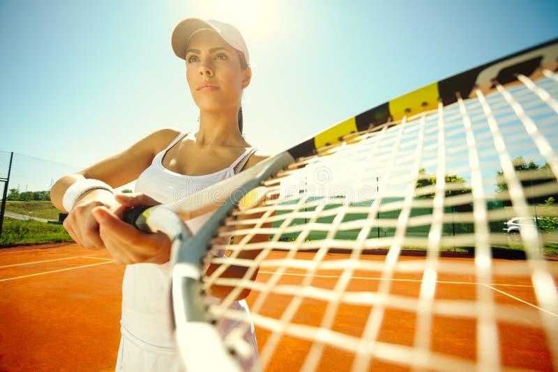 Giocar a tennise della donna fotografie stock