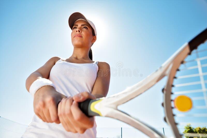 Giocar a tennise della ragazza immagini stock