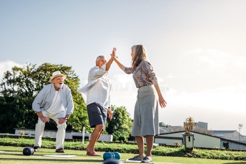 Giocare senior della gente dei boules in un parco fotografia stock libera da diritti