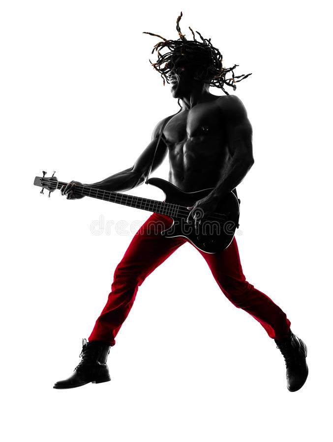 Giocatore africano del bassista del chitarrista dell'uomo che gioca siluetta fotografia stock libera da diritti