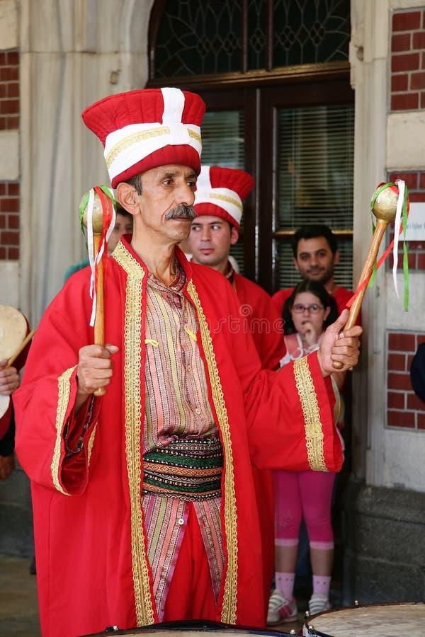 Giocatore del tamburo in costume turco tradizionale fotografie stock libere da diritti
