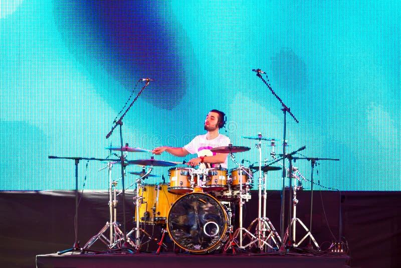 Giocatore del tamburo sul palco fotografie stock