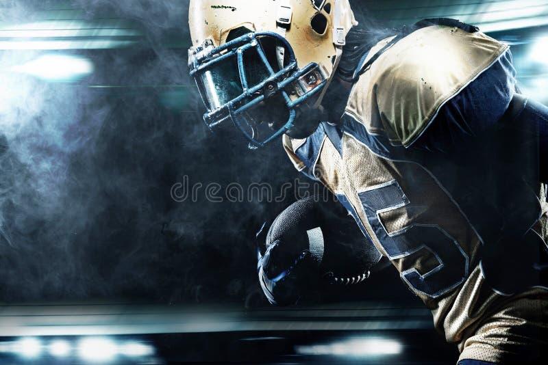 Giocatore dello sportivo di football americano su funzionamento dello stadio nell'azione immagine stock