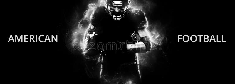 Giocatore dello sportivo di football americano su funzionamento nero del fondo nell'azione Carta da parati di sport con copyspace fotografia stock