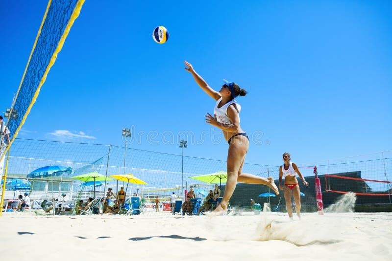 Giocatore di beach volley della donna attacco immagine stock