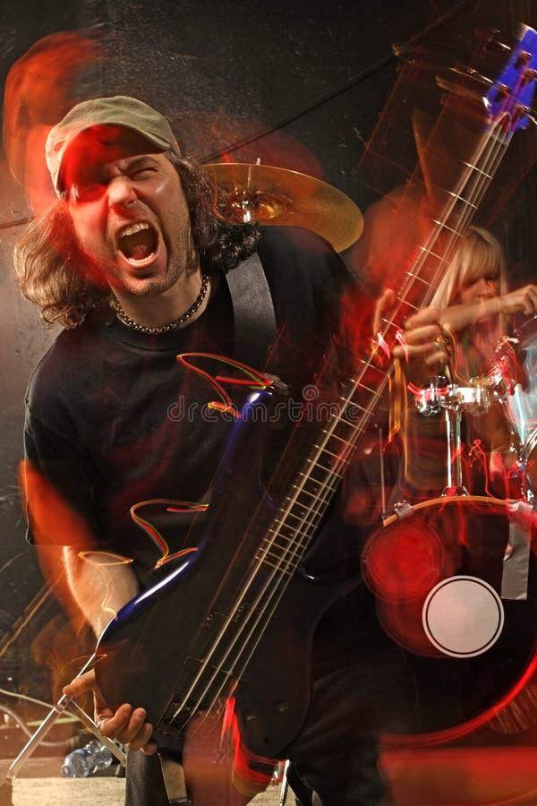 Giocatore di chitarra bassa di metalli pesanti fotografie stock