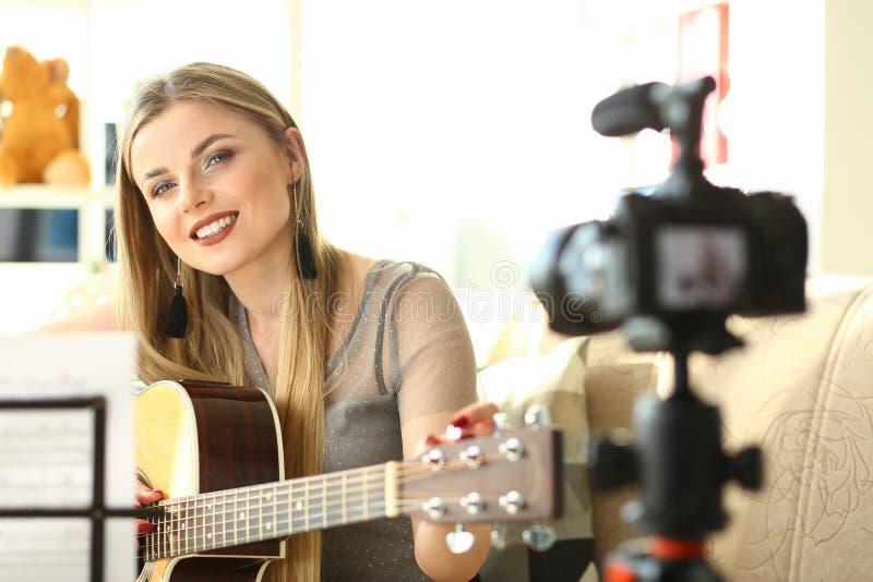 Giocatore di chitarra che registra Vlog musicale creativo fotografia stock
