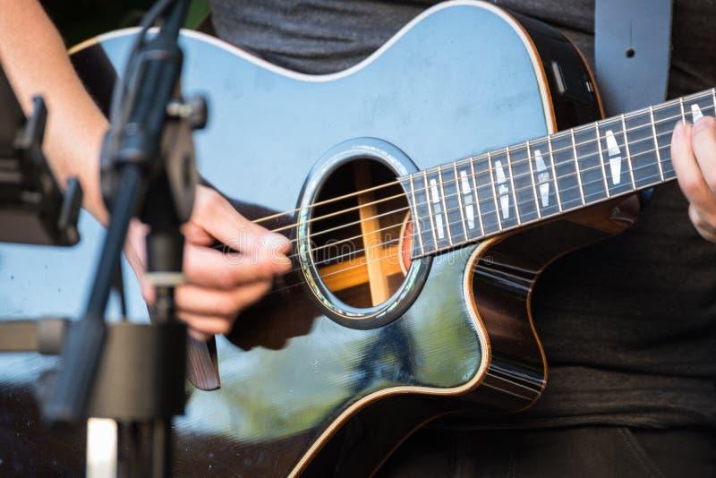 Giocatore di chitarra con la chitarra a disposizione immagini stock
