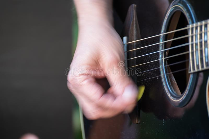Giocatore di chitarra con la chitarra a disposizione fotografie stock libere da diritti