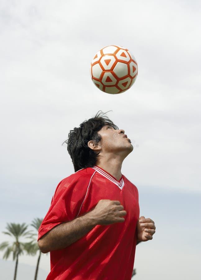 Giocatore di football americano che dirige la palla immagine stock