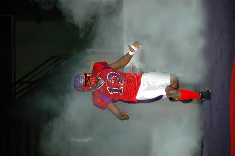 Giocatore di football americano in nebbia fotografia stock libera da diritti
