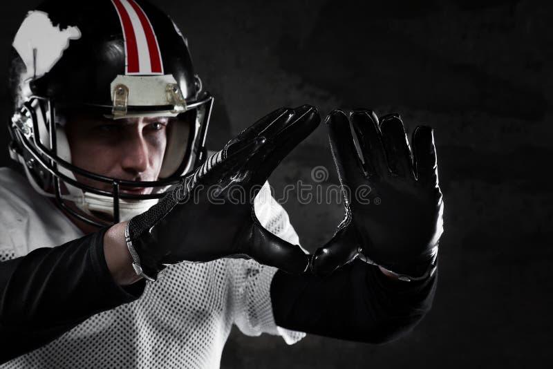 Giocatore di football americano su fondo scuro immagine stock libera da diritti