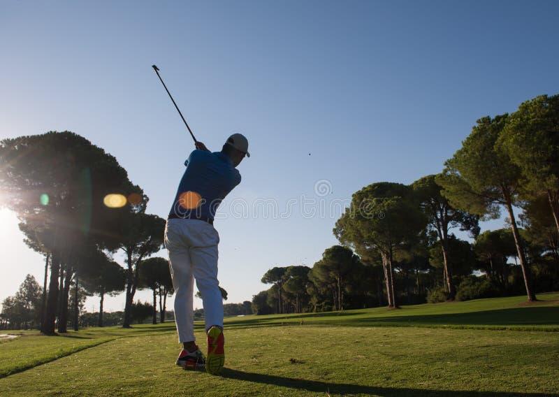 Giocatore di golf che colpisce colpo fotografia stock