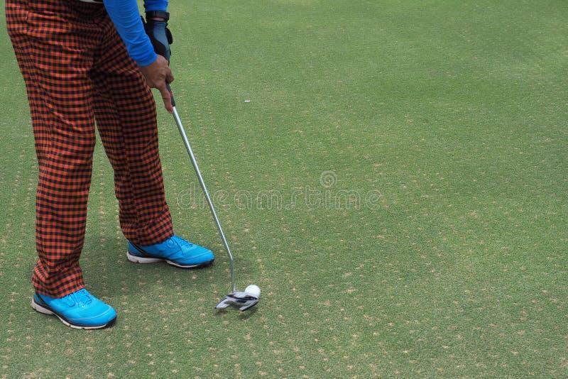 Giocatore di golf che colpisce sparando un golf immagine stock libera da diritti