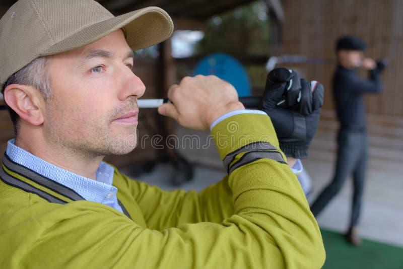 Giocatore di golf che sceglie club di golf sul dettagliante fotografie stock libere da diritti