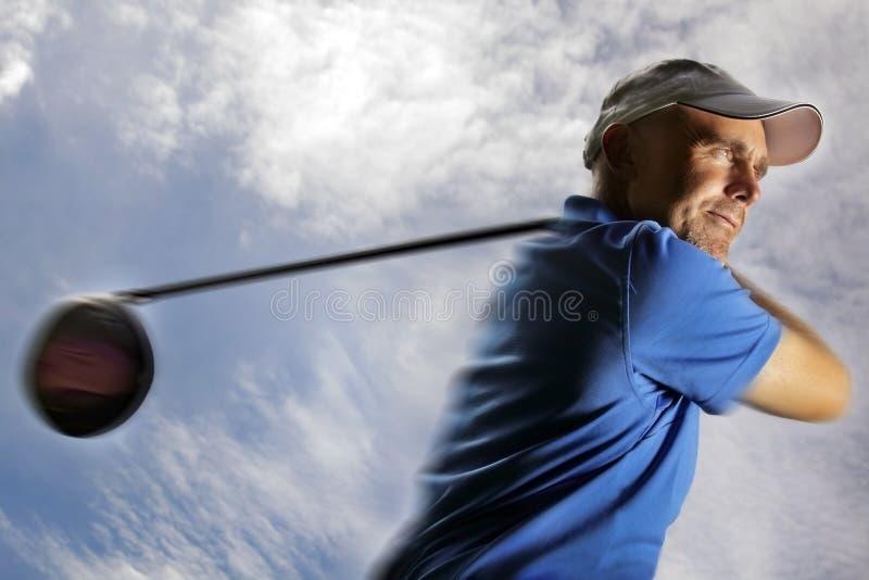 Giocatore di golf che spara una sfera di golf fotografie stock