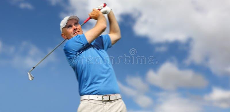 Giocatore di golf che spara una sfera di golf fotografia stock libera da diritti