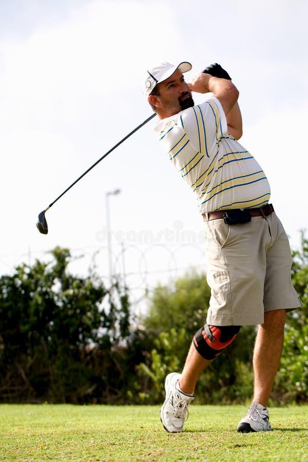 Giocatore di golf con la parentesi graffa di ginocchio. fotografie stock