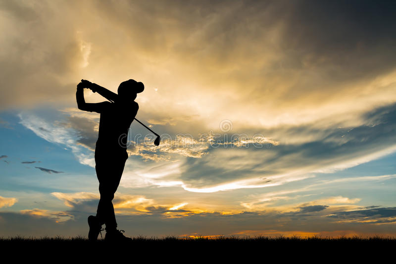 Giocatore di golf della siluetta che gioca golf al bello tramonto fotografia stock libera da diritti
