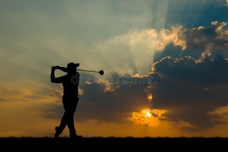 Giocatore di golf della siluetta che gioca golf al bello tramonto fotografia stock