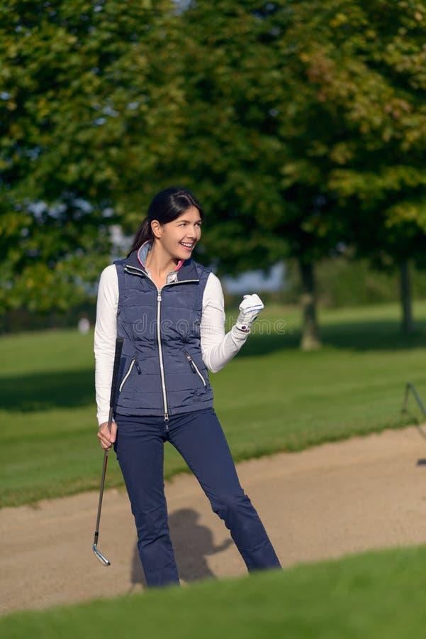 Giocatore di golf femminile motivato che fa un pugno fotografie stock libere da diritti