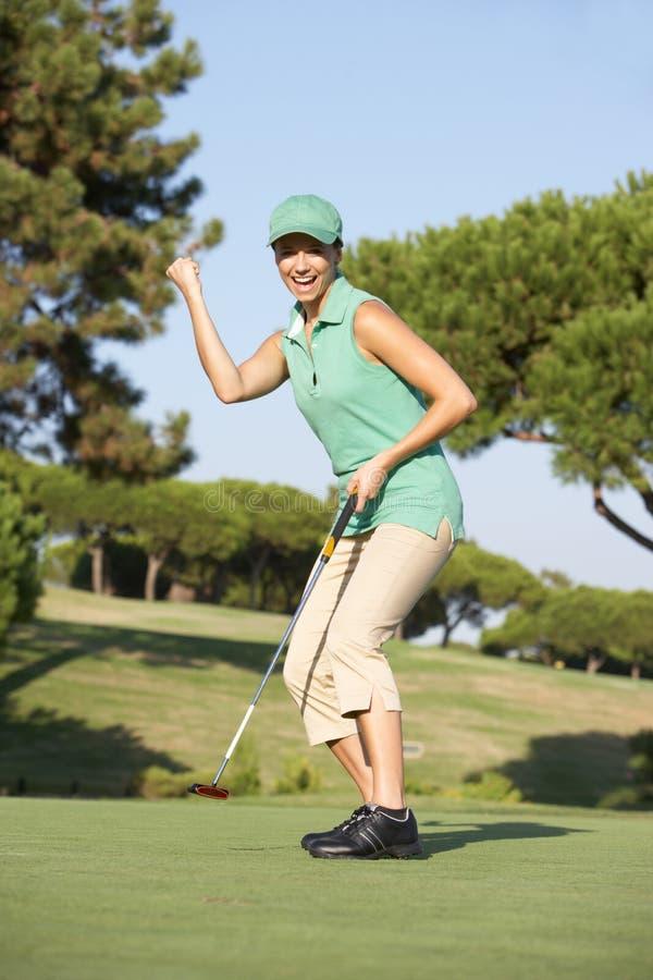Giocatore di golf femminile sul terreno da golf fotografia stock libera da diritti