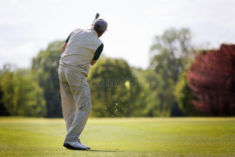 Giocatore di golf maggiore sul tratto navigabile. fotografia stock libera da diritti