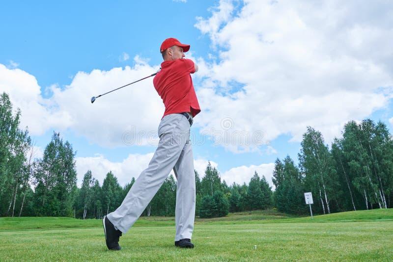 Giocatore di golf nel campo di golf con il club fotografia stock