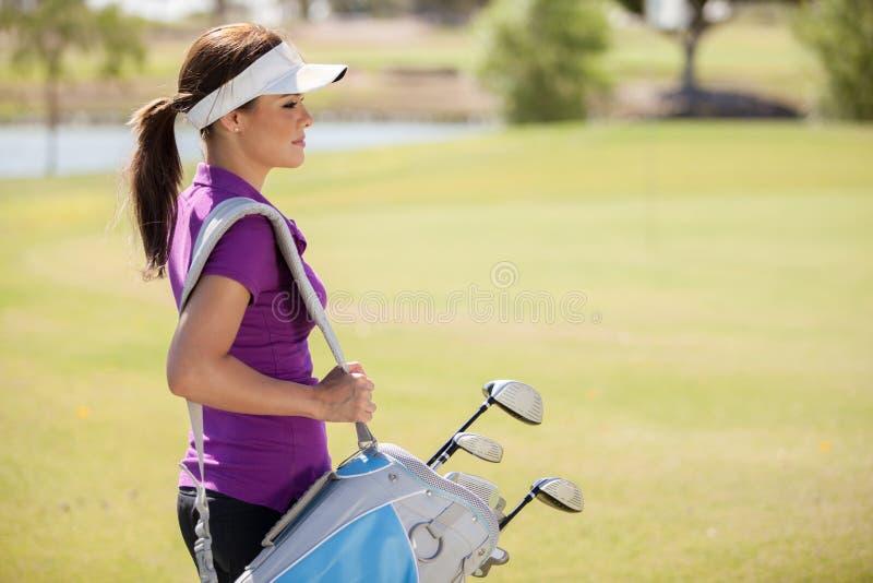 Giocatore di golf splendido pronto a giocare fotografie stock libere da diritti