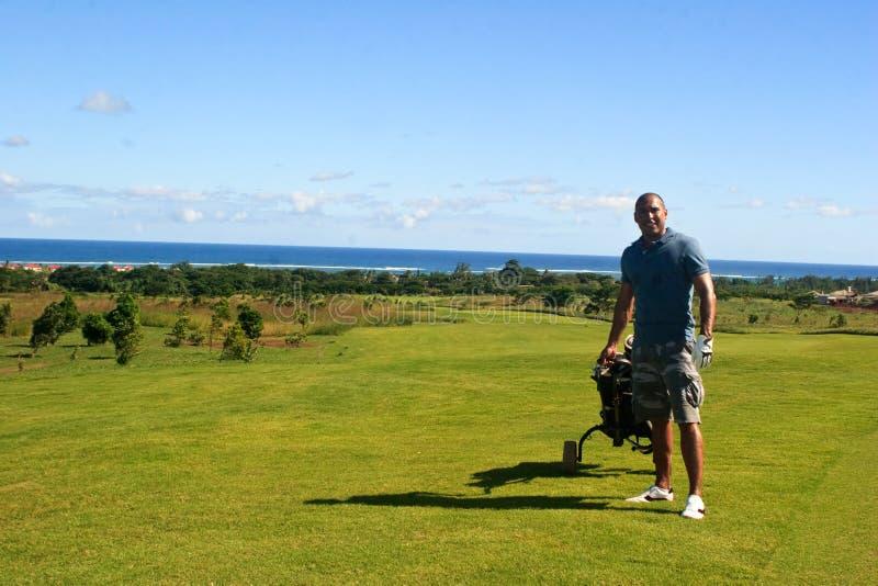 Giocatore di golf su verde fotografie stock