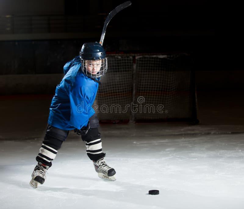 Giocatore di hockey pronto a fare un forte colpo immagine stock