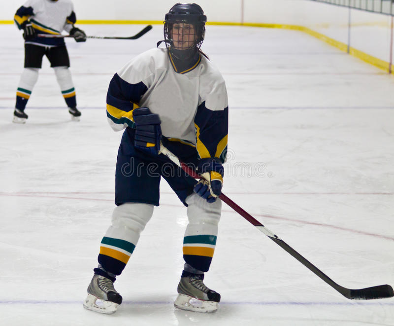 Giocatore di hockey su ghiaccio della donna durante il gioco immagini stock libere da diritti