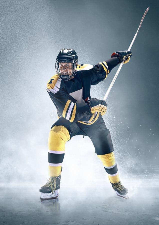 Giocatore di hockey su ghiaccio nell'azione fotografie stock libere da diritti