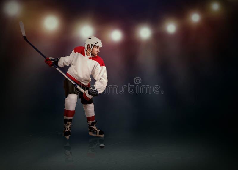 Giocatore di hockey su ghiaccio pronto a fare un'istantanea fotografie stock