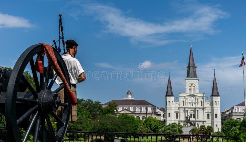Giocatore di Louis Cathedral With Scottish Bagpipe del san di New Orleans fotografia stock