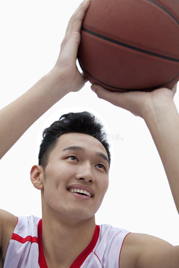 Giocatore di pallacanestro che allinea il suo colpo, colpo dello studio immagini stock libere da diritti