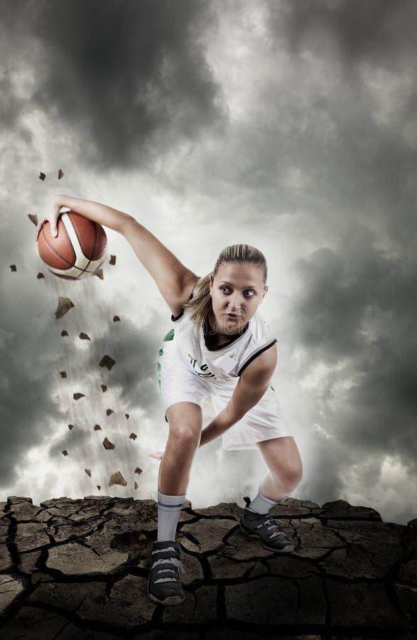 Giocatore di pallacanestro che funziona sulla superficie grungy immagine stock