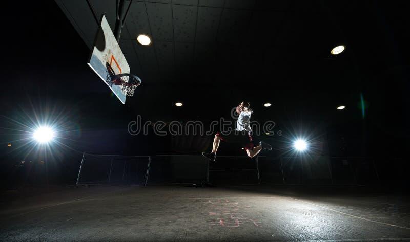 Giocatore di pallacanestro di notte fotografia stock libera da diritti