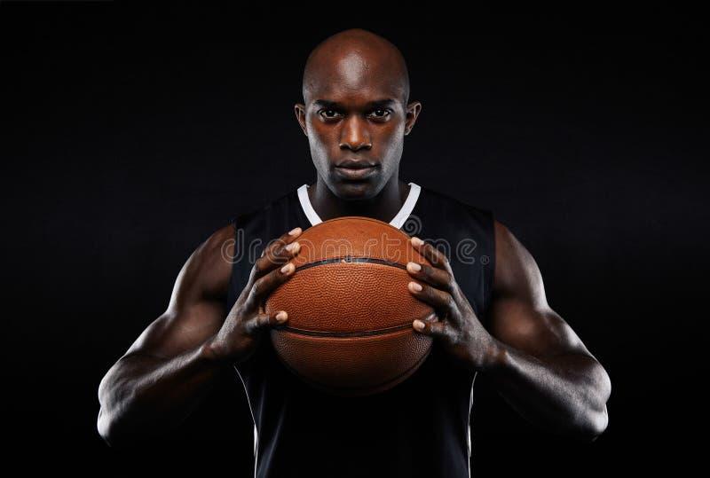 Giocatore di pallacanestro maschio afroamericano con una palla fotografia stock