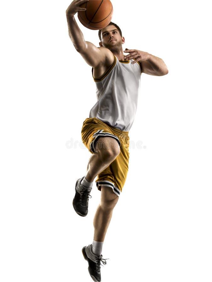 Giocatore di pallacanestro nell'azione isolato su fondo bianco fotografia stock libera da diritti