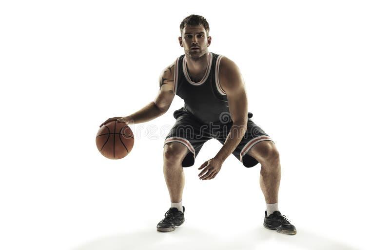 Giocatore di pallacanestro nell'azione isolato su fondo bianco fotografie stock
