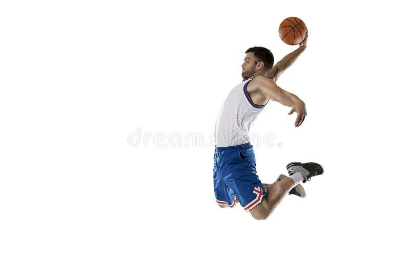 Giocatore di pallacanestro professionista che salta con la palla su bianco isolata fotografia stock