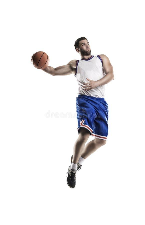 Giocatore di pallacanestro professionista isolato su bianco con il salto della palla fotografia stock libera da diritti
