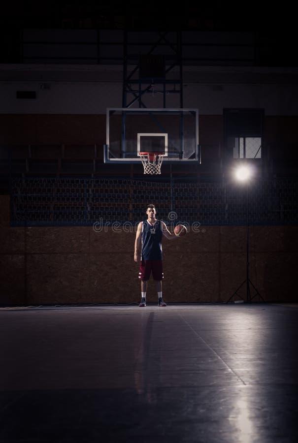 Giocatore di pallacanestro, rimbalzo della palla, all'interno fotografie stock libere da diritti