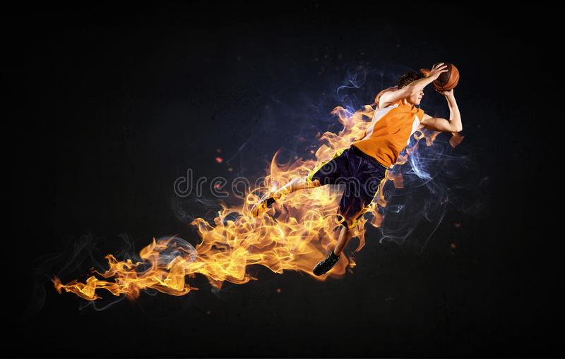 Giocatore di pallacanestro su fuoco immagine stock